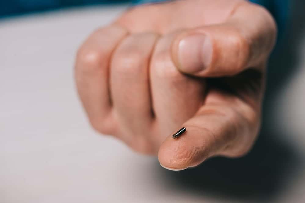 Micro Batería de cera sobre el dedo índice