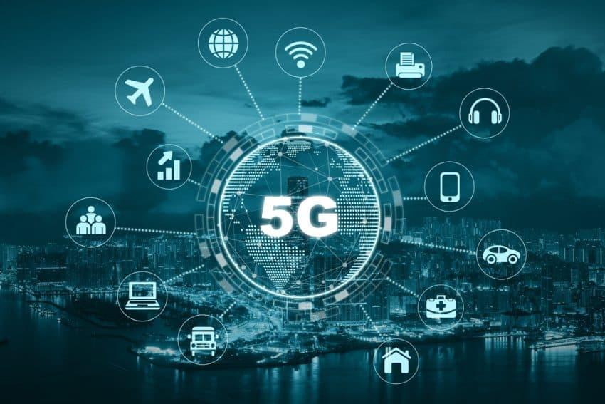 Tecnología 5G con punto de tierra en el centro de varios iconos de internet