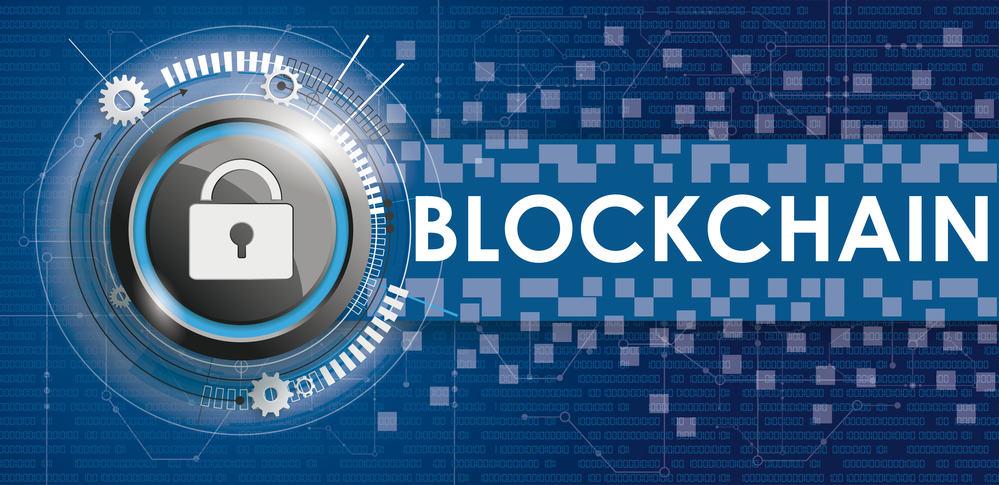 Botón de bloqueo con esquema electrónico y banner con blockchain de texto sobre fondo azul.