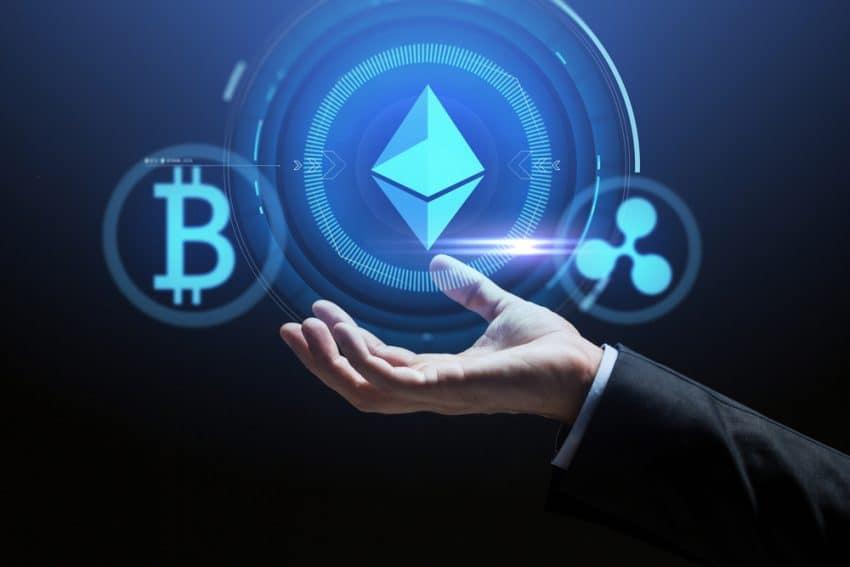Criptomoneda, tecnología financiera y concepto de negocio: cerca de la mano con iconos de bitcoin, ethereum y ondulación en la pantalla virtual sobre fondo oscuro