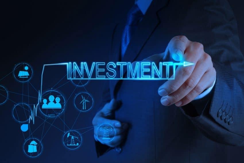 mano de hombre de negocios apuntando al concepto de inversión