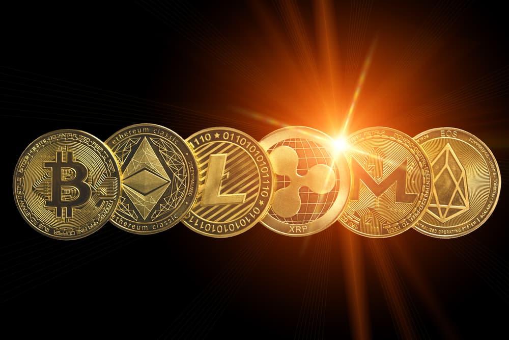 Monedas criptográficas aisladas en negro con destello de lente. Tecnología Blockchain. Concepto de moneda moderna.