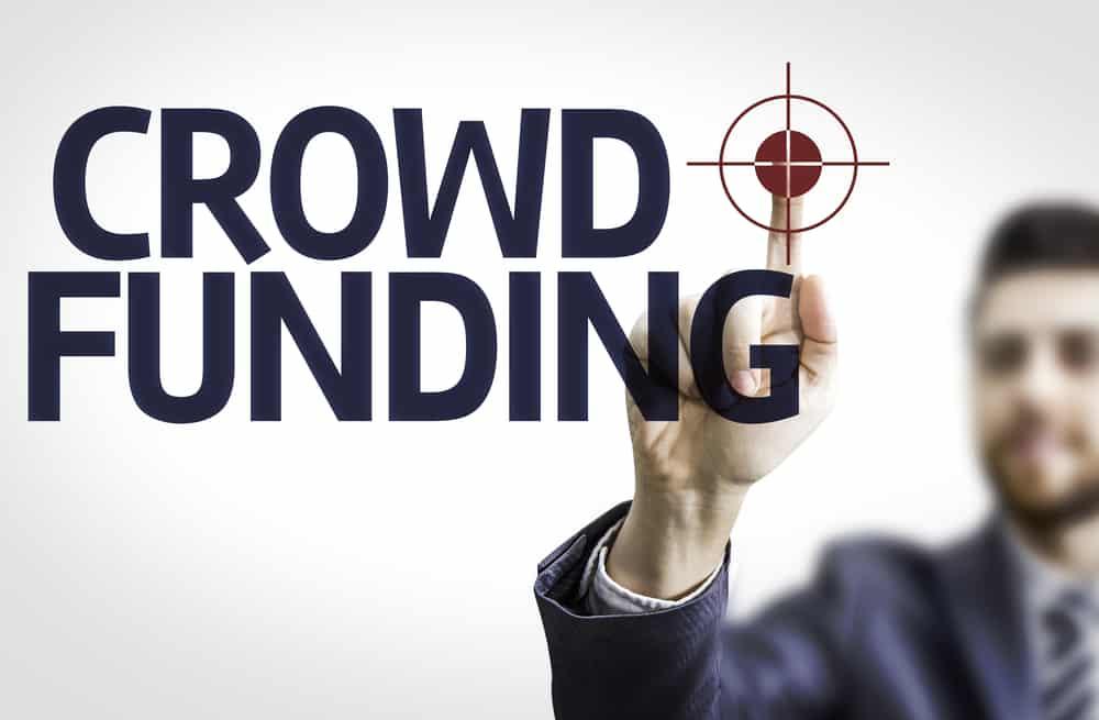 texto de crowdfunding con hombre de fondo