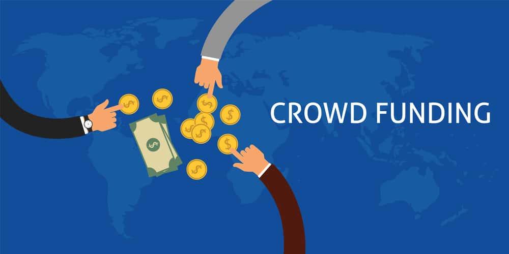 dinero y manos señalándolo y escrito       crowdfunding