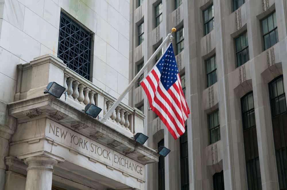 Banderas de Estados Unidos en Wall Street en la Bolsa de Valores de Nueva York NYSE, Nueva York