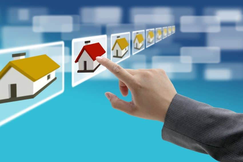 Mano de hombre encontrar nueva propiedad en el mercado inmobiliario con concepto de comercio electrónico