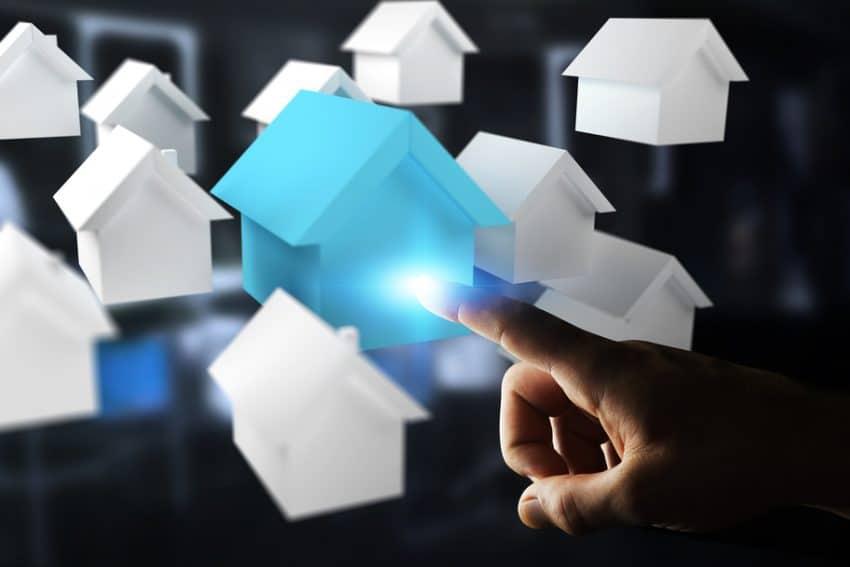 Empresario de fondo borroso con 3D prestados pequeñas casas blancas y azules