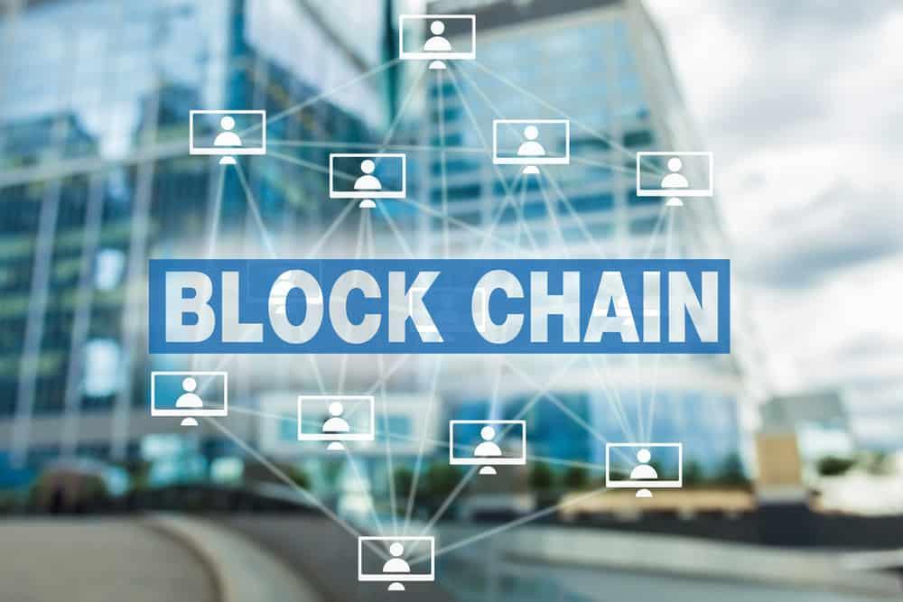 fondo de edificios con las letras Block chain unidas entre sí