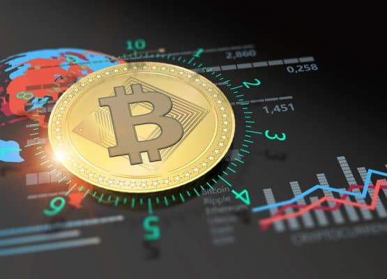 interfaz digital con la moneda de Bitcoin y graficas