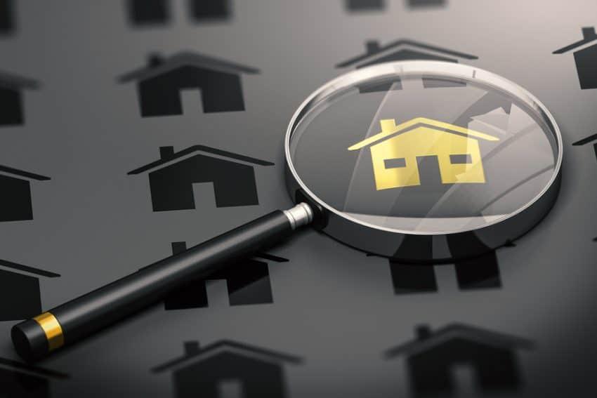 Concepto de bienes raíces, búsqueda de propiedades y una casa única de oro.