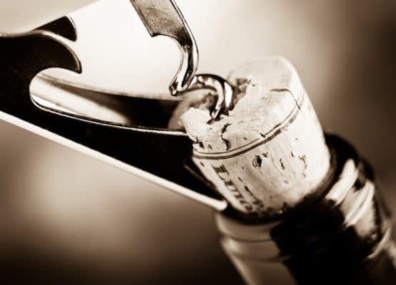 descorchando un vino