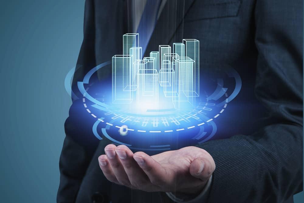 empresario con interfaz de ciudad de HUD. Concepto de mercado inmobiliario y desarrollo de software. Doble exposición de imagen tonificada