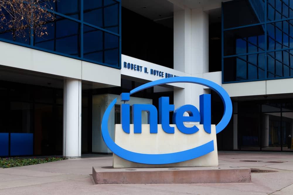 Intel Sign en la sede corporativa. Intel es una corporación multinacional e inventor del microprocesador x86, los procesadores que se encuentran en la mayoría de las computadoras personales.