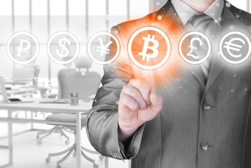 Elegir bitcoins, empresario presionando el botón de la pantalla táctil.