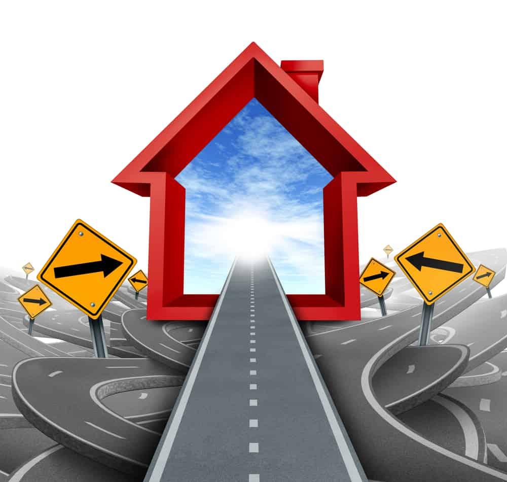 Servicios inmobiliarios y asesoramiento para compradores de viviendas mediante un agente hipotecario o un agente de ventas de viviendas para ayudar a una familia a navegar a través de las opciones y opciones confusas como un icono de casa en rojo con carreteras y señales confusas.