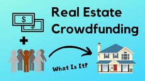 Real Estate Crowdfuning escrito y representado por un inmueble, un grupo de personas y billetes de dolar.