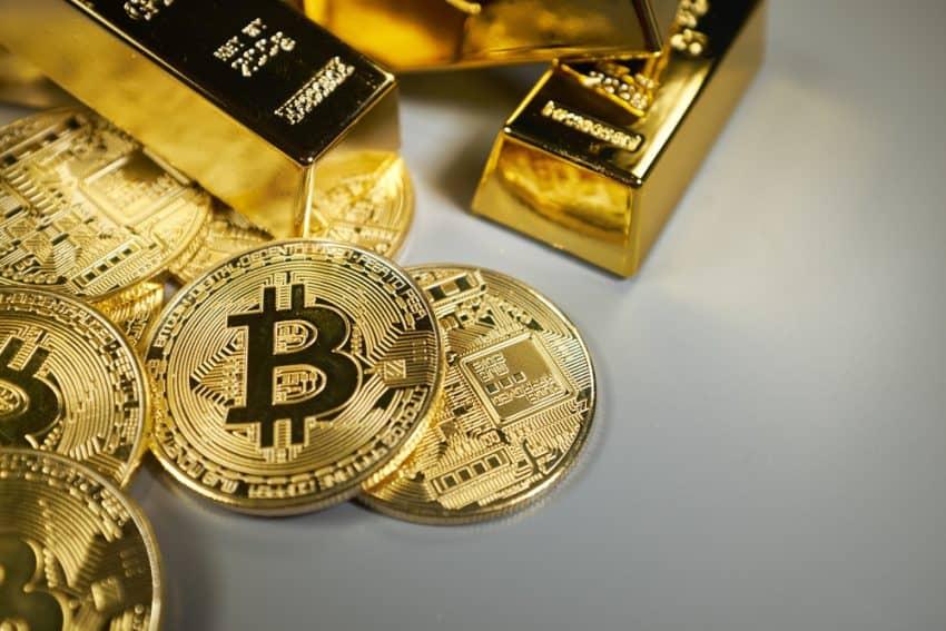 Bitcoin y fondo dorado