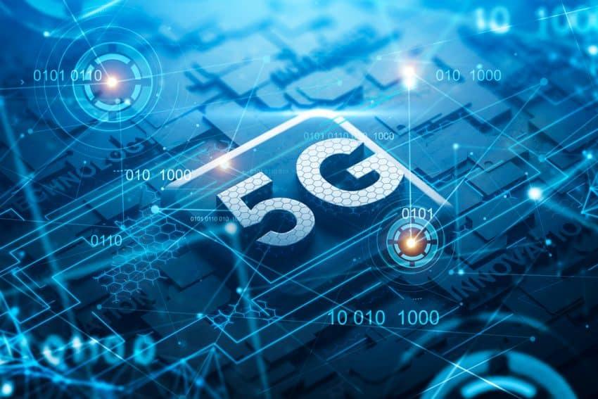 Placa de circuito negra con 5G y palabras de telecomunicaciones y doble exposición de interfaz HUD azul. Concepto de alta tecnología. Representación 3d