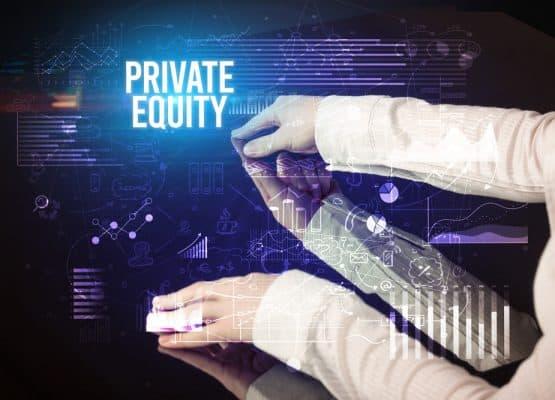 Empresario tocando una gran pantalla con inscripción de EQUIDAD PRIVADA, concepto de negocio cibernético